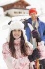 Porträt des Lächelns Paar mit Skiern Außenkabine — Stockfoto
