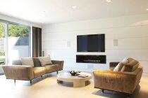Sofás y televisión en la sala de estar moderna - foto de stock