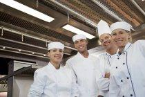 Chefs souriants dans la cuisine du restaurant — Photo de stock