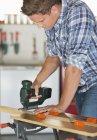 Искусный кавказский человек, работающий в мастерской — стоковое фото