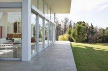 Сучасна будівля з видом manicured газон — стокове фото