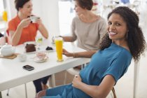 Mulher grávida com copo de suco — Fotografia de Stock