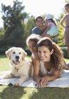 Мати, дочка і собака прокладки в траві — стокове фото