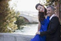 Retrato de casal sorridente bem vestido à beira-mar — Fotografia de Stock
