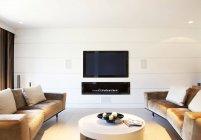 Диваны и телевидения в современной гостиной — стоковое фото