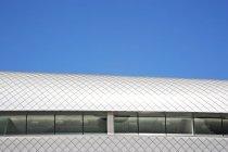 Крыша современного здания и голубое небо — стоковое фото