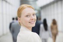Portrait rapproché d'une femme d'affaires souriante — Photo de stock