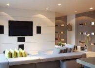 Sofá y televisión en la sala de estar moderna - foto de stock