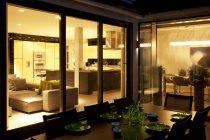 Mesa al aire libre y sala de estar de la casa moderna - foto de stock