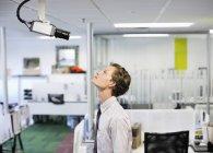 Бізнесмен, вивчаючи камери безпеки в офісі — стокове фото