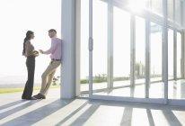Uomini d'affari che parlano al di fuori dell'ufficio moderno — Foto stock