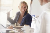 Businesswoman smiling at waiter in restaurant — Stock Photo