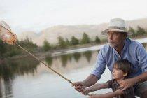 Avô e neto Pesca no Lago — Fotografia de Stock