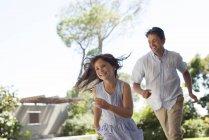Padre e hija jugando al aire libre - foto de stock