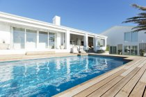 Casa di lusso e piscina — Foto stock