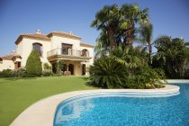 Swimming pool and Spanish villa — Stock Photo