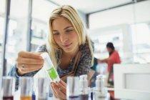 Frau Prüfung Hautpflegeprodukt in Drogerie — Stockfoto