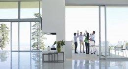 Uomini d'affari tifo in ufficio moderno — Foto stock