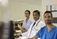 Personnel de l'hôpital debout derrière la réception — Photo de stock