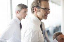 Empresários conversando em reunião no escritório moderno — Fotografia de Stock
