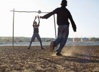 Африканський хлопчиків, які грали у футбол разом в бруд поля — стокове фото