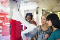 Women shopping together in clothing store — Stockfoto
