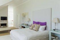 Cama en dormitorio de lujo en el interior durante el día - foto de stock
