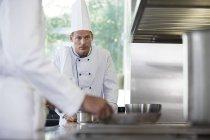 Chefs cuisiniers dans la cuisine du restaurant — Photo de stock