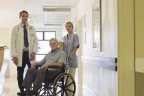 Arzt und Krankenschwester mit älterer Patientin im Krankenhaus — Stockfoto