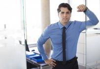 Бізнесмен стоїть в коридорі сучасні офісні — стокове фото