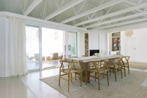 Table de salle à manger de luxe à l'intérieur — Photo de stock