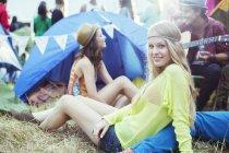 Ritratto di donna di uscire con gli amici fuori della tenda al festival di musica — Foto stock