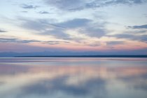 Lever du soleil se reflète dans les eaux stagnantes du lac — Photo de stock