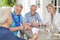 Freunde spielen Kartenspiele am Tisch — Stockfoto