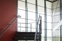 Кроки в сучасній будівлі — стокове фото
