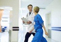 Médecin et infirmière marchant dans le couloir de l'hôpital — Photo de stock