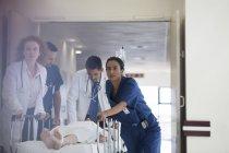 Rauschenden Krankenhauspatient Personal, OP-Saal — Stockfoto
