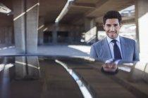 Uomo d'affari che sta vicino automobile nel garage — Foto stock