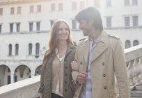 Coppia sorridente che cammina a braccetto a Venezia — Foto stock