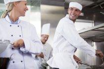 Cozinheiros falando em cozinha de restaurante — Fotografia de Stock