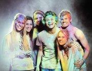 Retrato de amigos coberto de tintura de giz no festival de música — Fotografia de Stock