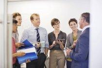 Деловых людей, говорящих на заседании в современном офисе — стоковое фото