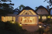 Casa moderna aberta, iluminada à noite — Fotografia de Stock