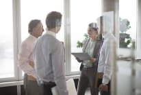 Business-Leute reden in Lobby im modernen Büro — Stockfoto