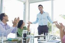 Gens d'affaires acclamations en réunion au bureau moderne — Photo de stock