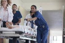 Колектив лікарні rushing пацієнта до операційної кімнаті — стокове фото