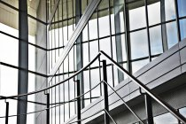 Рельсы и ступеньки в современном здании — стоковое фото