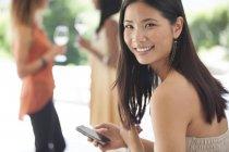 Junge attraktive Lächeln Frau mit Handy — Stockfoto