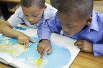 Афро-американских студентов, с помощью карты мира в классе — стоковое фото