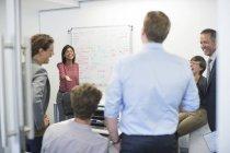 Business-Leute reden in Meeting im modernen Büro — Stockfoto